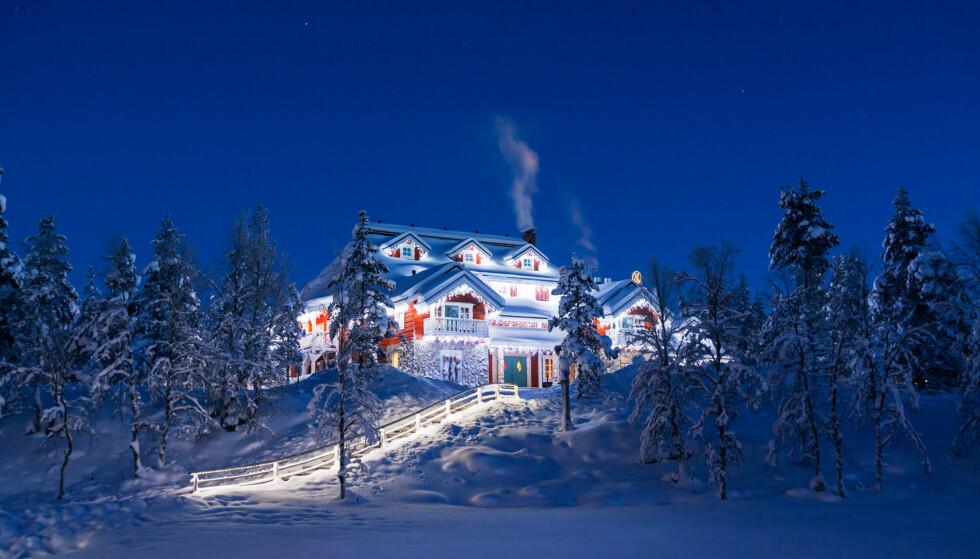 STEMNINGSFULLT: Hovedhuset pyntet til jul. Foto: Kakslauttanen Arctic Resort