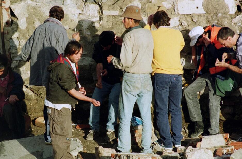 BLE LOVLIG: Heroinavhengige setter sprøyter i Lisboa i 1999. To år etter ble bruk og besittelse av alle rusmidler avkriminalisert i Portugal, med gode resultater. Høyre er blant partiene som viser til den portugisiske modellen som inspirasjon når endringer i den norske narkotikapolitikken diskuteres. Foto: Gael Cornier /AP / NTB Scanpix