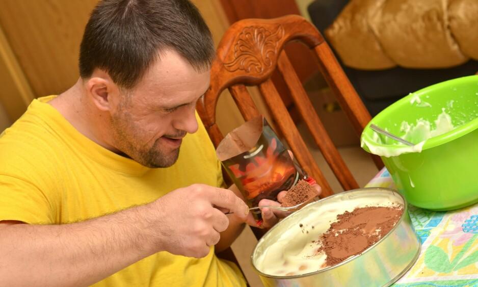 KOS PÅ NORSK: Kake er godt og fungerer som sosialt samlingspunkt i mange kulturer, også den norske. For utviklingshemmede kan fokuset på søtt og fett lett utvikle seg til et stort helseproblem. De er dobbelt så disponert som andre for overvekt. - Jeg skulle ønske vi kunne finne en sunnere form for kos, sier professor i ernæring, Svein Olav Kolset. Illustrasjonsfoto: NTB SCANPIX