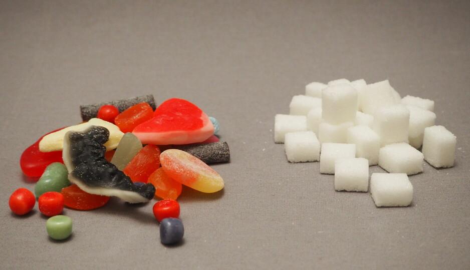 <strong>SUKKERBOMBE:</strong> 100 gram vingummi (her representert ved assortert gummibasert smågodt) inneholder 26 sukkerbiter, eller 65 gram sukker. Foto: Per Ervland