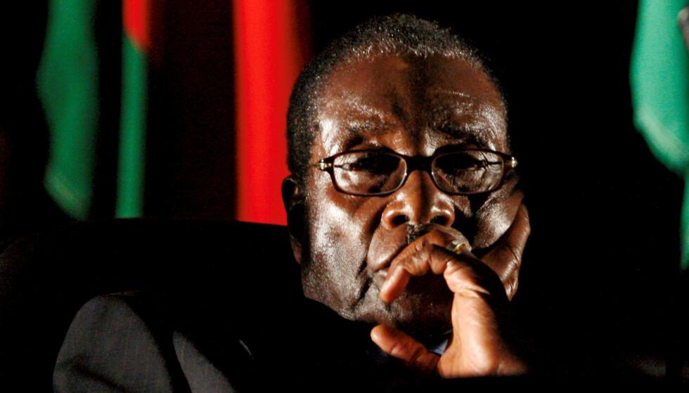 FÅR PRESTISJEOPPDRAG: President Robert Mugabe er utnevnt til goodwill-ambassadør for Verdens helseorganisasjon (WHO), til protester fra mange organisasjoner som anklager ham for grove brudd på menneskerettighetene i Zimbabwe. Foto: Mike Hutchings / Reuters / NTB Scanpix