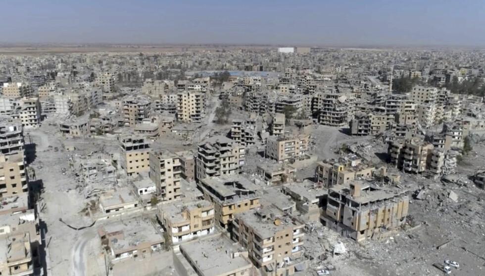 ENORME ØDELEGGELSER: Bilder fra terrororganisasjonen Den islamske statens (IS) tidlligere «hovedstad» Raqqa viser enorme ødeleggelser etter at USA-støttede styrker erobret byen i forrige uke. Nå kommer en talsmann for det russiske Forsvarsdepartementet med harde verbale angrep på den USA-ledete koalisjonen som bombet byen. Foto: AP/Gabriel Chaim