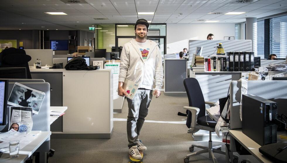 SOM EN GUD: Dan Sverre Audne fra utviklingsavdelingen på vei gjennom Dagbladets redaksjonslokaler på skateboard. Foto: Lars Eivind Bones / Dagbladet