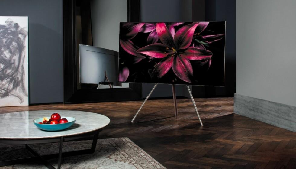 Samsung QLED-TV med et dreibart stativ som gjør at TV-en ser ut som den svever i løse lufta. Stilig. Dette stativet kan leveres som tilleggsutstyr.