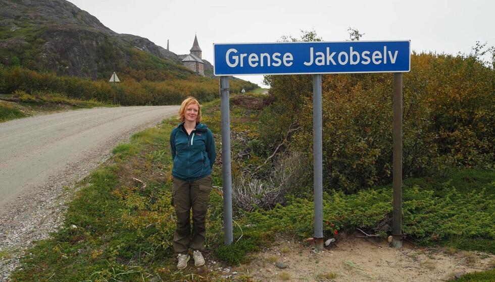 FRAMME: Erika Fatland ved reisens ende, Grense Jakobselv i Norge. Foto: Fra boka