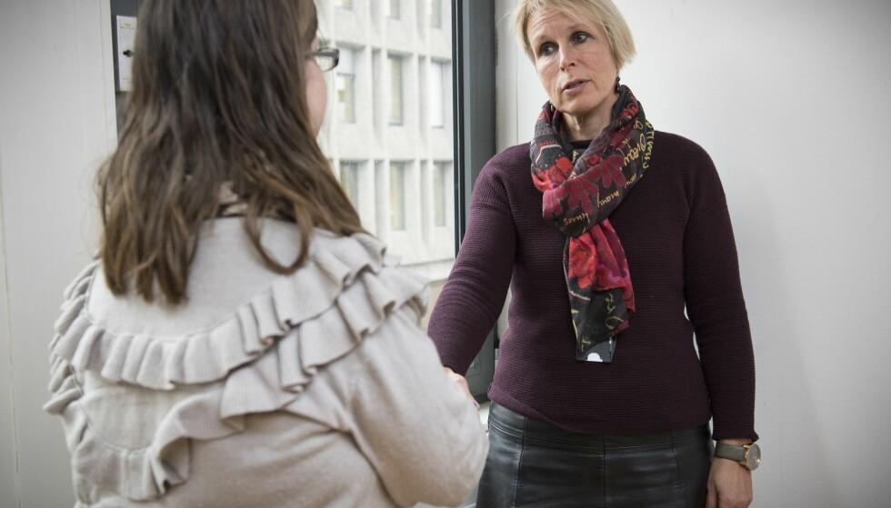 ANSIKT TIL ANSIKT: - Å snakke med gravide om alkohol og fosterskader kan bli veldig teoretisk. At Elisabeth deler sine erfaringer, synes vi er modig. Hun viser oss mennesket i statstikken, sier Ellen Margrethe Carlsen, avdelingsdirektør i Helsedirektoratet. Foto: Lars Eivind Bones