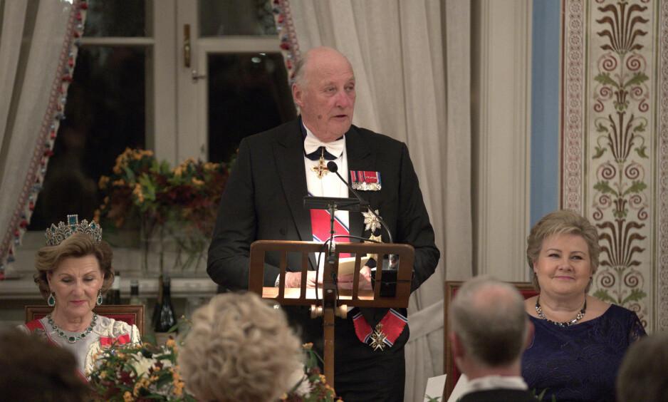 <strong>FIKK ALLE TIL Å LE:</strong> Kongen vitset om sin egen «død» i talen under årets stortingsmiddag. Foto: NTB Scanpix