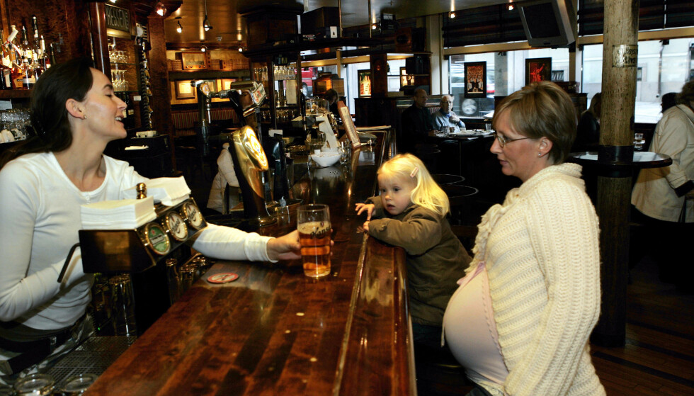 GODE HOLDNINGER: Ni av ti gravide sier nei til alkohol under svangerskapet. Blant kvinner og menn finnes det fremdeles endel som synes gravide bør kunne drikke litt til selskaps. - La det være, råder helsedirektoratet. Illustrasjonsfoto: Knut Falch/NTB Scanpix