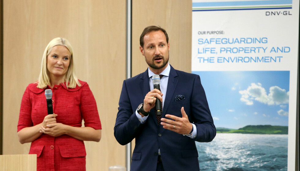 TETT SAMARBEID: Kronprinsesse Mette-Marit og kronprins Haakon med nyheter om sitt fond hos DNV-GL på Høvik. Foto: KARL BRAANAAS / BUDSTIKKA