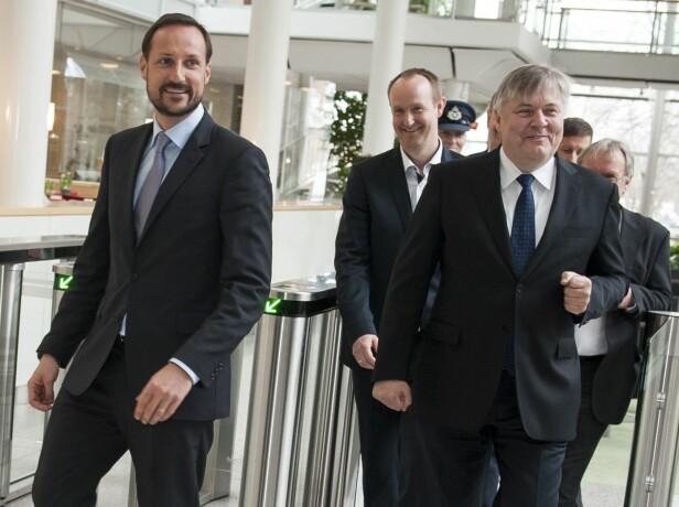 FOR FONDET: DNV GLs konserndirektør Henrik O. Madsen (t.h.) og Kronprins Haakon hos DNV GL på lansering av selskapets analyse av fondets prosjekter. Foto: Kronprinsparets fond/Apeland informasjon