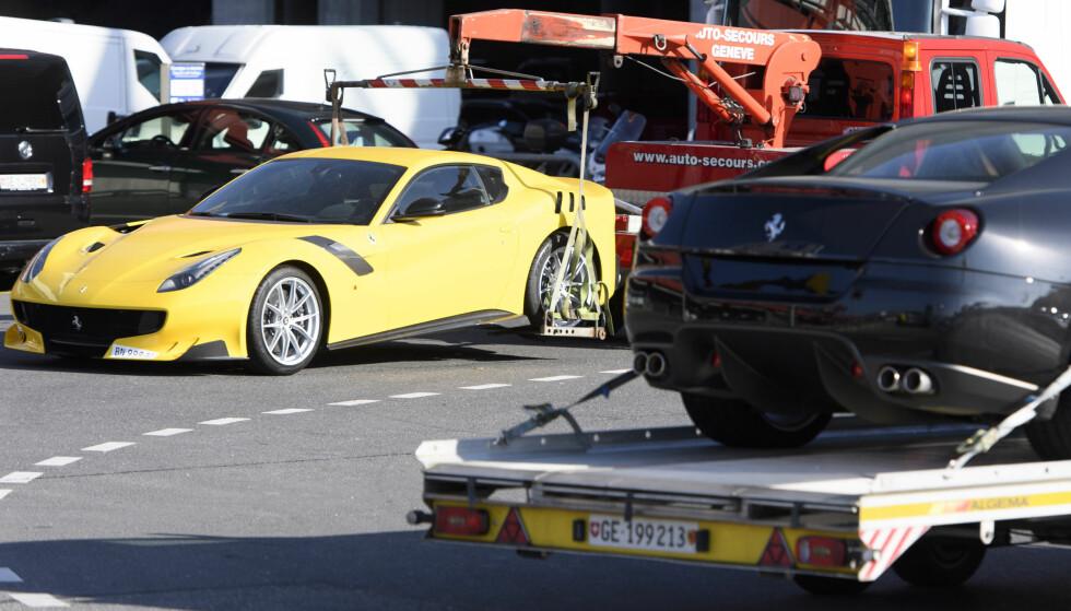 VILLE RØMME: Disse to Ferrariene var blant bilene som Teodoro Obiang forsøkte å frakte ut av Sveits i november i fjor. Han ble stoppet i siste liten. Foto: Laurent Gillieron / Keystone / AP / NTB scanpix