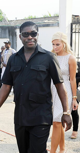PÅ JOBB: Teodoro Obiang har tittelen visepresident, og var tidligere kjæreste med danske Christina D. Mikkelsen. Her er de to på offisielt oppdrag i 2014 - da de var ute og delte ut gaver til funksjonshemmede barn i Malabo. Foto: AFP / Steve Jordan / NTB scanpix