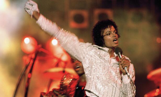 I OBIANGS EIE: Michael Jackson fotografert med sin legendariske krystallbelagte hanske - som nå er eid av Teodoro Obiang. Foto: AP / NTB scanpix
