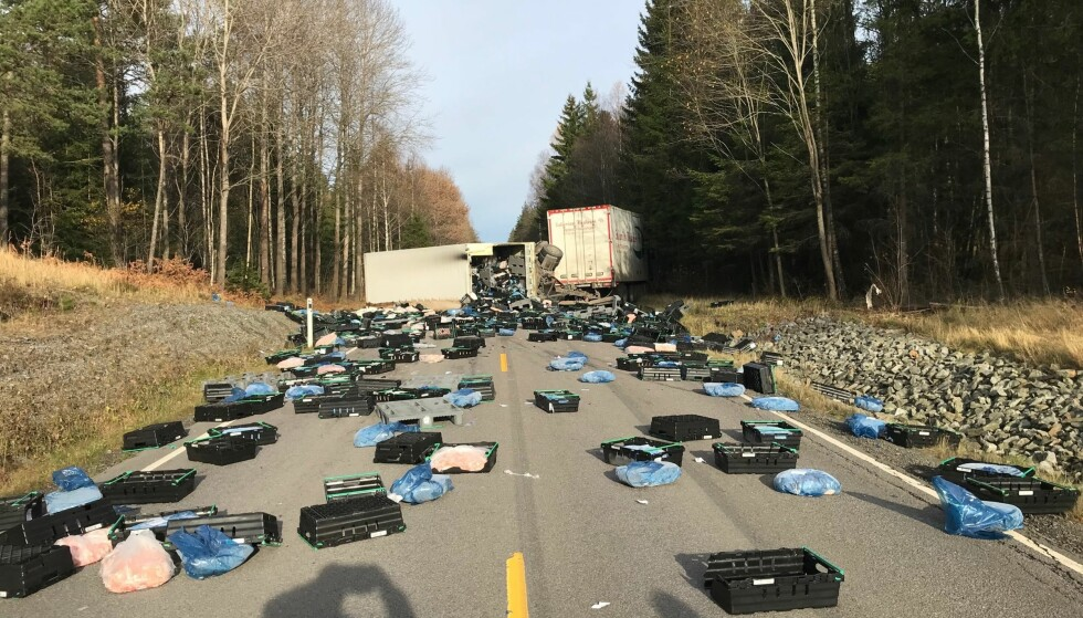 KAOS: Dette skjedde da vogntoget kjørte ut og kjølehengeren veltet. Foto: Morten Erik Olsen