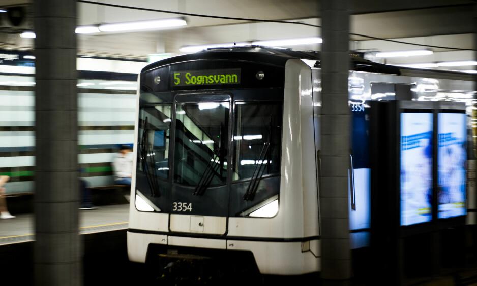 INNENDØRS FYRVERKERI: En mann ble anmeldt etter å ha tent på fyrverkeri inne på Grønnland T-banestasjon. Illustrasjonsbilde. Foto: Jon Olav Nesvold / NTB scanpix