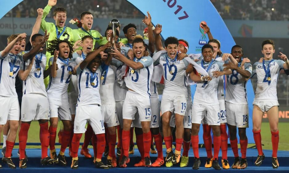 REAGERER: Det engelske U17-landslaget valgte å snu draktene rundt da de mottok pokalen etter VM-finalen mot Spania. England vant kampen 5-2. Foto: NTB Scanpix