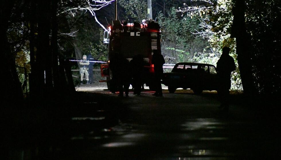 SKUTT: Etterforskere jobbet mandag kveld på stedet, der Amina Okujeva ble drept og ektemannen Adam Osmajev skadd, etter at ukjente gjerningspersoner løsnet skudd mot parets bil. Foto: Genja Savilov / AFP / NTB Scanpix