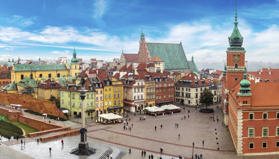 NYTT OG GAMMELT: Den historiske delen av Warszawa ble helt ødelagt under krigen, men er bygget opp igjen i fordums prakt. Dette er byens turistsentrum. Foto: Shutterstock / NTB Scanpix