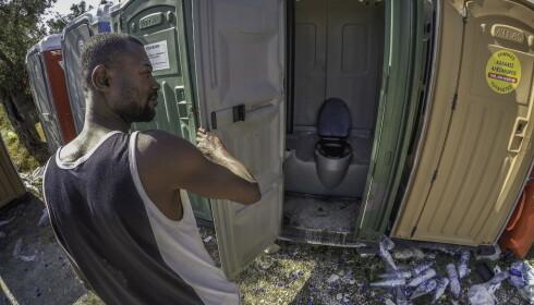 SLITER: Toalettforholdene i Moria-leiren på den greske ferieøya Lesvos er grusomme. - Vi orker ikke en gang gå her, og er tvunget til å bruke skogen rundt. Den har bæsj overalt, forteller denne mannen fra Kongo. Foto: Hans Arne Vedlog / Dagbladet