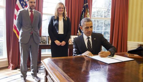 DEN GANG: Barack Obama signerte pen presidentordre for bærekraft i mars 2015 med rådgiver Brian Deese i bakgrunnen Foto: AP Photo/Jacquelyn Martin