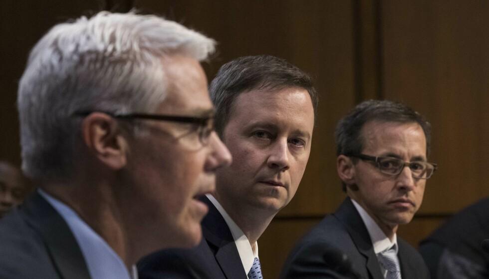 VAR I KONGRESSEN: Facebooks sjefsrådgiver Colin Stretch, og hans kolleger i Facebook (Sean Edgett) og Richard Salgado (Google). FOTO: Drew Angerer/Getty Images/NTB Scanpix