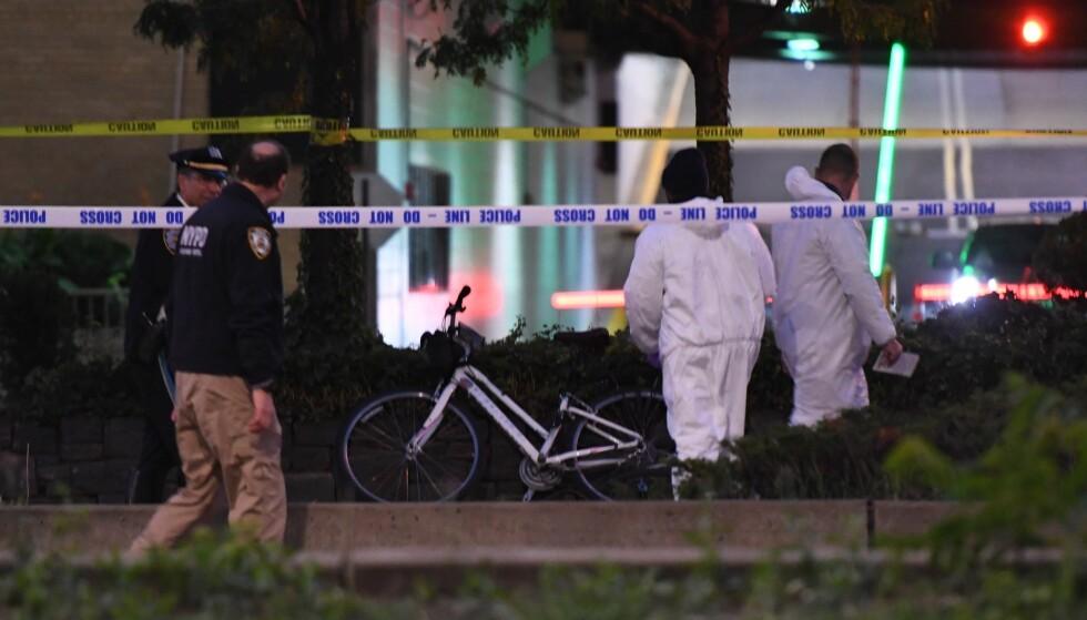 VAR PÅ TUR: Ti menn fra Argentina sykler rundt på Manhattan i New York da de ble kjørt ned av en pickup. Den antatte gjerningsmannen, en 29 år gammel mann, er pågrepet. Her er etterforskere på åstedet natt til onsdag norsk tid. Foto: AP / NTB Scanpix