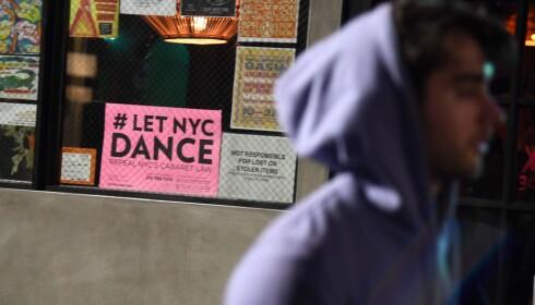 PROTEST: Et skilt med oppfordring om å heve Cabaret-loven var godt synlig i vinduet på et utested i Brooklyn. Foto: NTB Scanpix