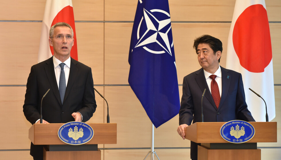 FARLIG NORD-KOREA: NATOs generalsekretær Jens Stoltenberg og Japans statsminister Shinzo Abe er enige om at Nord-Korea er en global trussel. Under sitt besøk i Japan i går sa Stoltenberg at regimet i Pyongyang er i ferd med å utvikle langtrekkende raketter som kan ramme ramme NATO-land og deres allierte, også i Europa. Foto: Kazuhiro Nogi/Reuters