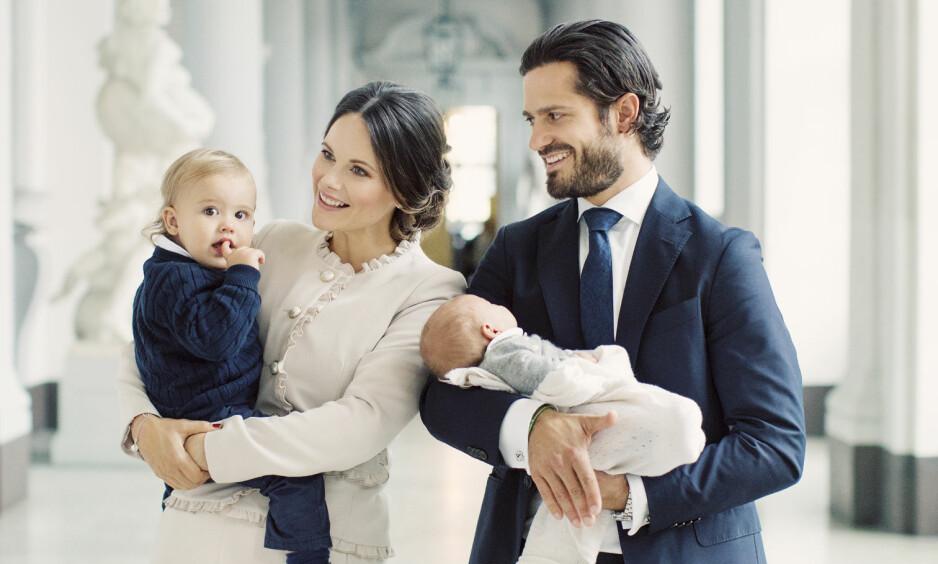 STOLTE: Prinsesse Sofia og prins Carl Philip ble foreldre for første gang i april i fjor, da prins Alexander kom til verden. I slutten av august ble de foreldre nok en gang, da sønnen prins Gabriel ble født. Foto: Kungahuset.se