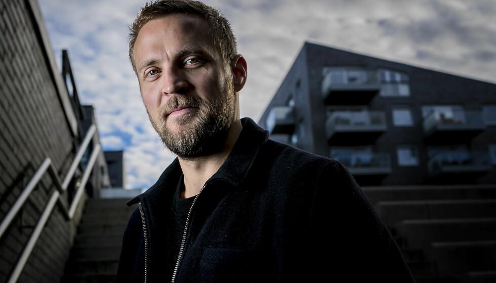 PÅ SØRENGA: Tobias Santelmann (37) spiller hovedrollen i den nye spenningsserien «Grenseland» på TV 2. Mye av handlingen foregår på Sørenga i Oslo der politimannen Nikolai bor. Foto: Bjørn Langsem / Dagbladet.