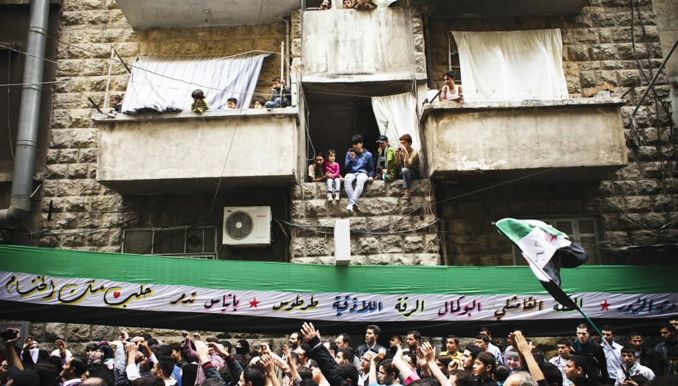OPPRØR: Opprøret mot Assad-regimet startet i 2011. Her fra en demonstrasjon i Aleppo i november 2012. Foto: NTB SCANPIX