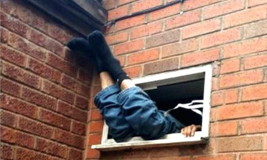 I SOKKELESTEN: Den mistenkte tyven skal ha vært svært kald da brannvesenet omsider fikk hentet ham ut. Foto: Politiet i West Midlands