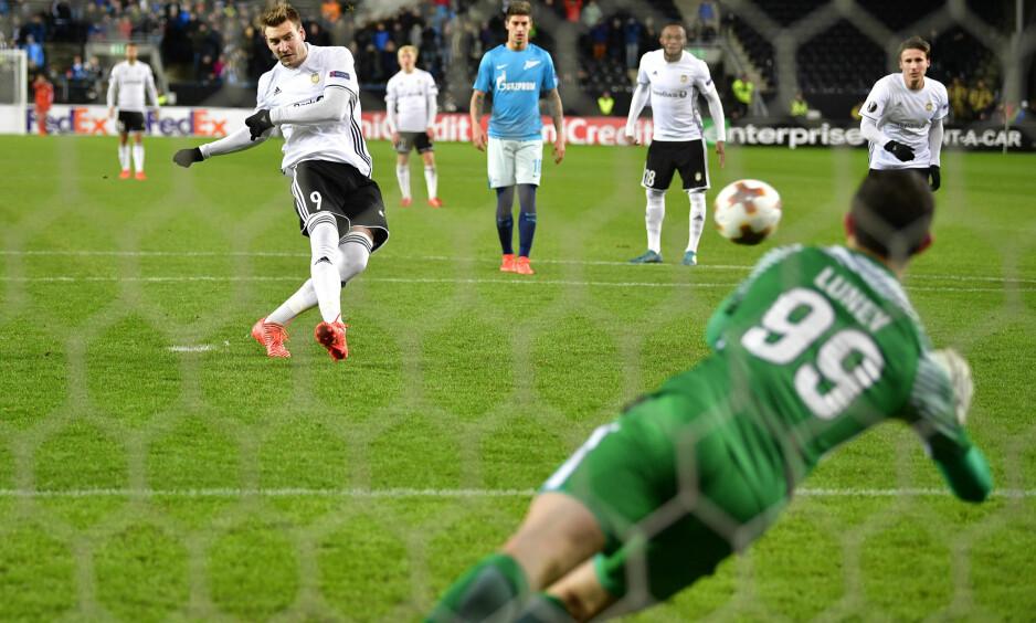 ISKALD: Nicklas Bendtner satte iskaldt inn 1-0 fra straffemerket hjemme mot storlaget Zenit St. Petersburg. Foto: Ole Martin Wold / NTB scanpix