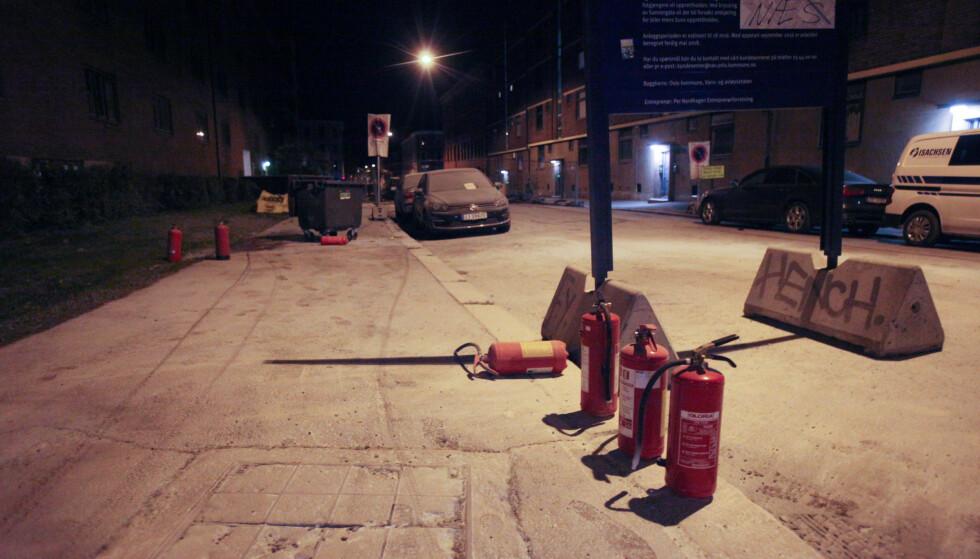 PULVER: Hele Dælenenggata var hvit da fotograf Frank H. Evensen kom på stedet. På bildet ser man sju brannslukningsapparater som trolig er blitt brukt. Foto: Frank H. Evensen