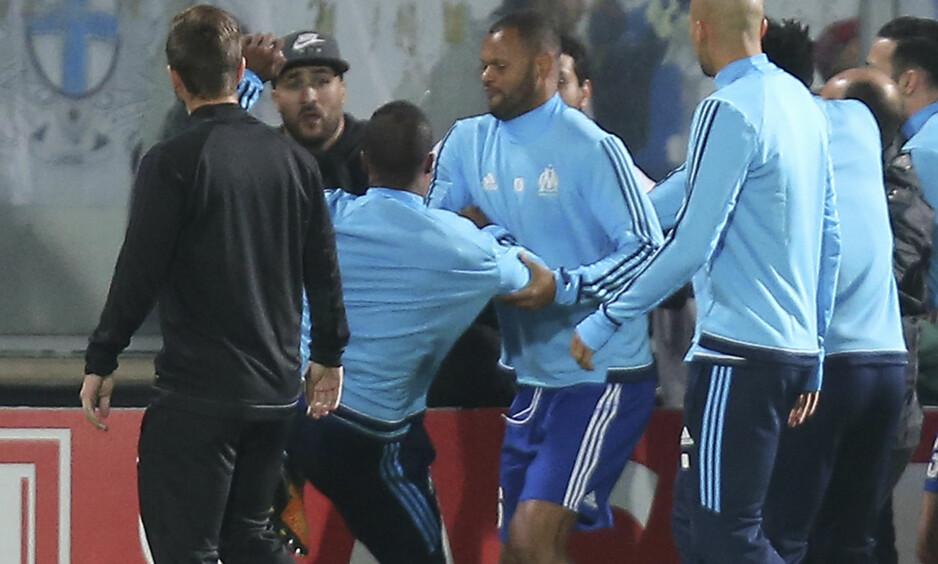 SPARKET TILSKUER: Det var i en Europa League-kamp mot Vitória Guimarães at Patrice Evra sparket en tilskuer. Foto: Luis Vieira / AP Photo / NTB Scanpix