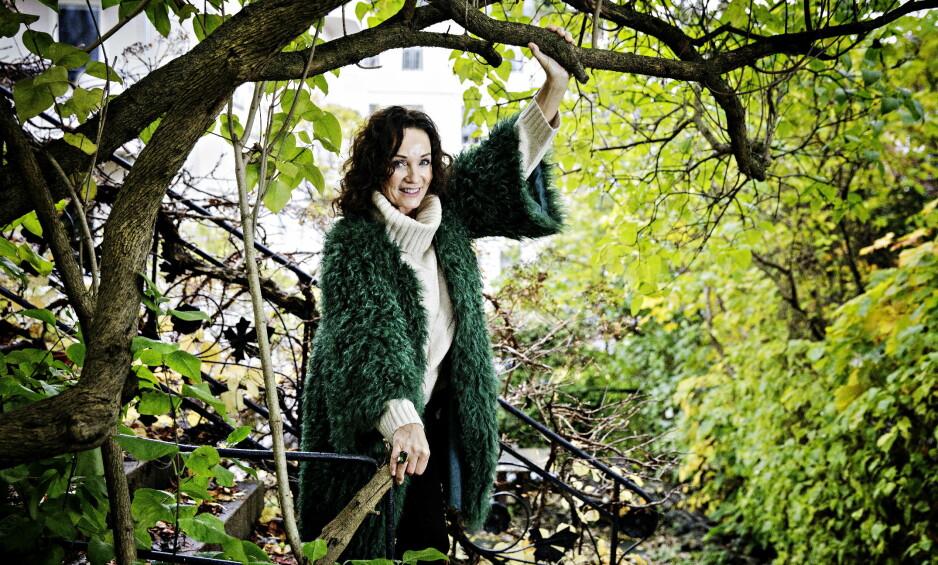 GRØNN LIVSTIL: Inger Lise Rypdal la om kostholdet etter hun fikk mange allergier for 30 år siden. Nå sverger hun til et grønt kosthold og daglige turer ute i naturen. Foto: Nina Hansen