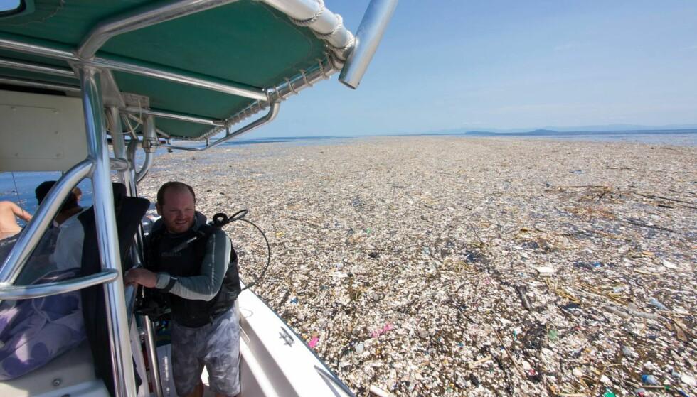 FORSØPLING: Overflaten er dekket av en blanding av organisk materiale og store mengder søppel. Foto: Caroline Power