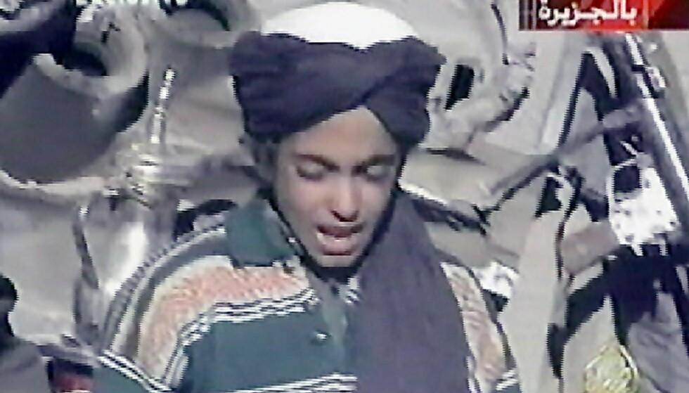 TIDLIG KRØKT: I videoen dette bildet er tatt fra, hyller en tolvårig Hamza bin Laden Talibans øverste leder mulla Omar. Fram til nå har dette vært det eneste offentlige bildematerialet av ham. Foto: Al Jazeera / AFP / NTB Scanpix