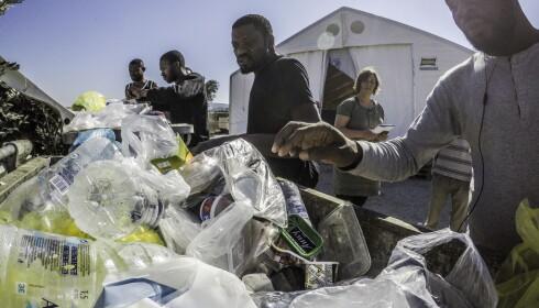 USPISELIG: Hver dag kaster menneskene i Moria-leiren maten de får utdelt, som de mener er uspiselig. - Om kvelden kommer grekere og henter denne maten for å gi den til dyra sine, forteller disse mennene. Foto: Hans Arne Vedlog / Dagbladet