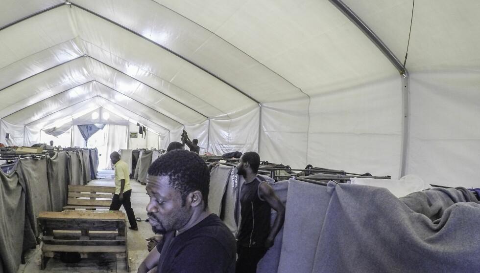FORTVILER: Hver kveld, når 40-årige Eddy Mangaye legger seg i den trange senga i det norsklagde teltet utenfor Moria-leiren på Lesvos, kommer tårene. Å vente i det uvisse, uten å kunne gjøre noe er nedbrytende, sier han. Foto: Hans Arne Vedlog / Dagbladet