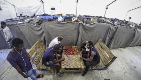 TETT I TETT: I et norsklaget presenningstelt bor 208 menn, hovedsaklig fra Kongo, tett i tett i køyesenger, med ulltepper som vegger. Foto: Hans Arne Vedlog / Dagbladet