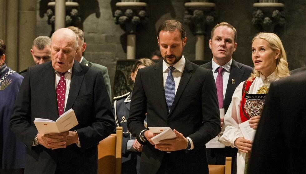 SALMESANG: Kongen og kronprinsparet sang med under markeringen av 500-årsjubileet for reformasjonen på tirsdag. Foto: Scanpix