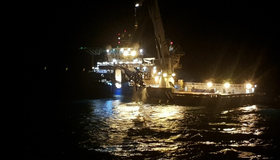 Natt til lørdag ble skrog med rotor og den separerte halebommen fra helikopteret hevet opp på dekk på skipet Maersk Forza. Foto: Politiet
