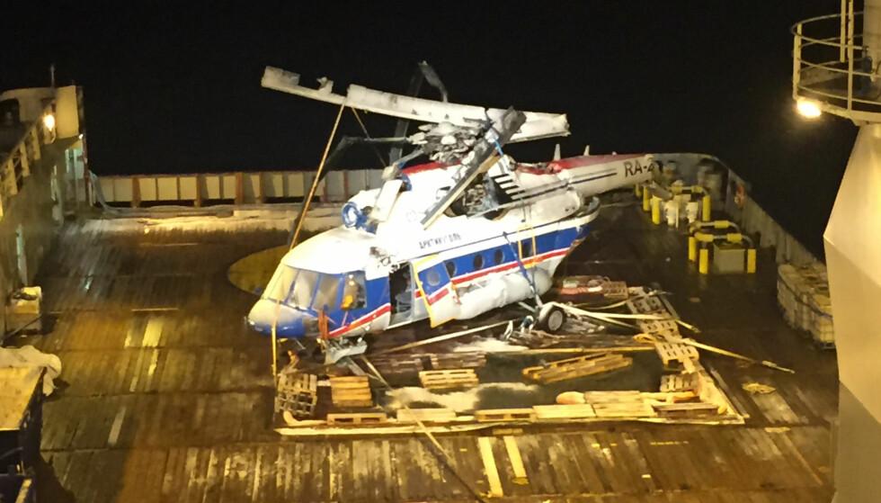 HEVET: Det russiske helikopteret som styrtet i havet ved Svalbard fredag for en uke siden, ble hevet natt til lørdag. Foto: Statens havarikommisjon / NTB scanpix