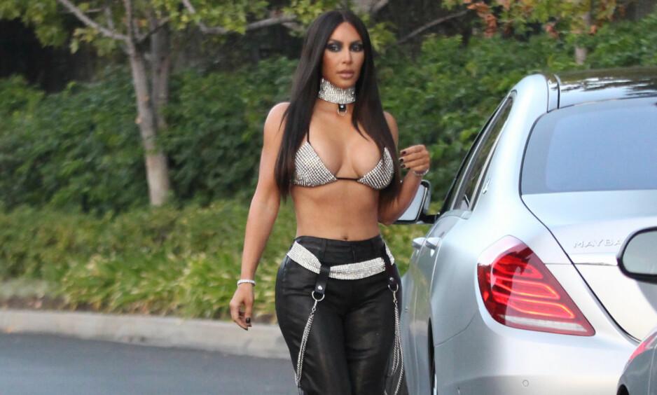 FORSVARER KOSTYMET: Kim Kardashian West fikk hard medfart da hun valgte å hylle den avdøde sangstjerna Aaliyah med dette kostymet, som er inspirert av musikkvideoen til hitlåta «Try Again». Nå forklarer hun bakgrunnen for kostymet. Foto: Splash News/ NTB scanpix