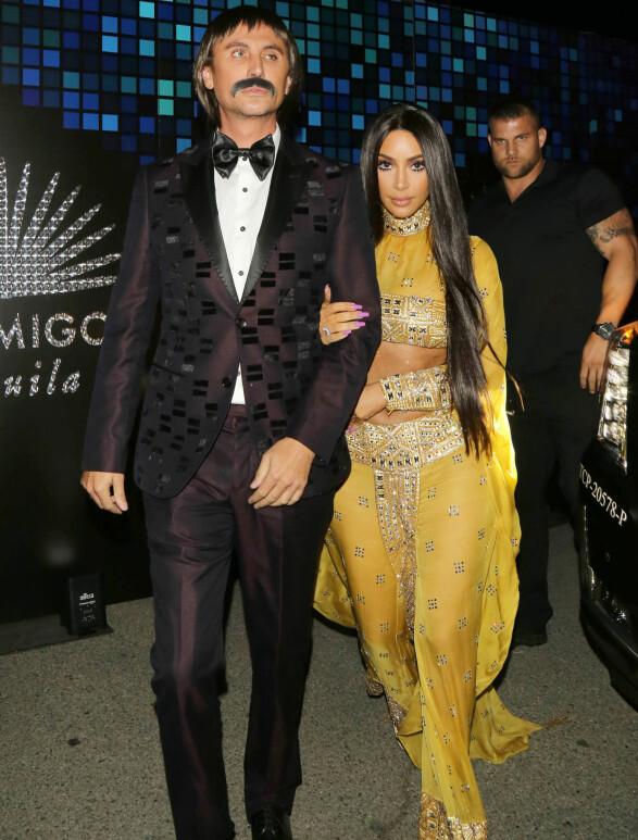 FORBILDE: Kim Kardashian har flere ganger omtalt Cher som et av sine forbilder. I år kledde hun og bestevennen Jonathan Cheban seg ut som duoen Sonny og Cher. Foto: NTB scanpix