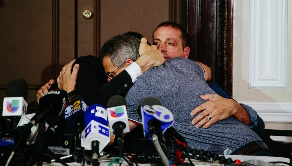 TÅREVÅTT: Argentinske Ivan Brajkovic, Ariel Benvenuto, Juan Pablo Trevisan og Guillermo Banchini var blant de fem av et reisefølge på ti som overlevde Manhattan-terroren. Her møtte de pressen med en svært følelsesladd uttalelse. Foto: EPA/ALBA VIGARAY