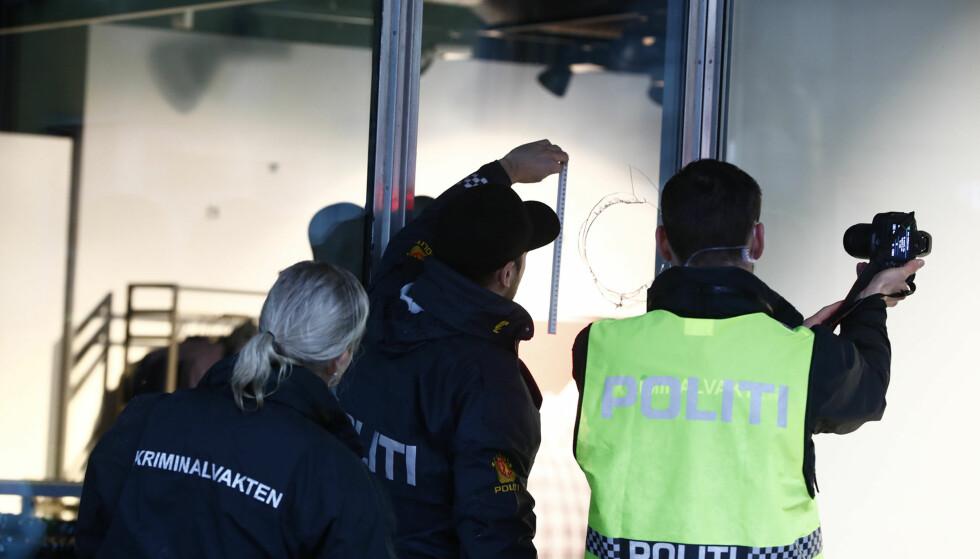 UNDERSØKER BUTIKKFASADE: Politiet i Oslo. Foto: Terje Pedersen / NTB Scanpix