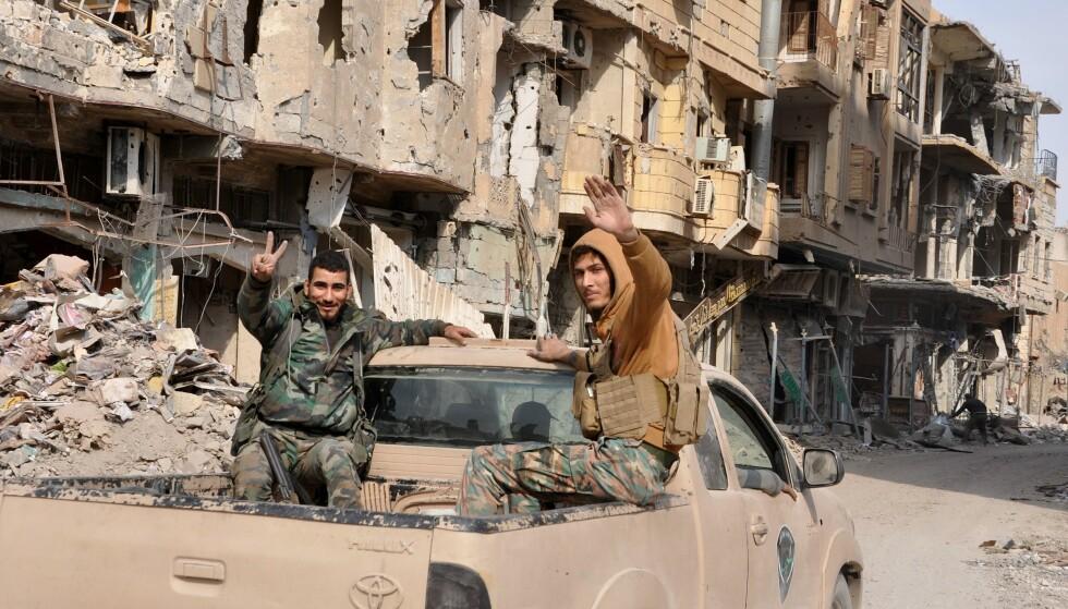 FRI FOR IS: Fredag meldte syriske regjeringsstyrker at de hadde tvunget terrorgruppa IS på flukt fra byen de har kontrollert siden sommeren 2014. Her viser syriske regjeringssoldater seierstegn. I går ble et stort antall mennesker drept i samme by - i et IS-angrep. Foto: Afp / Scanpix