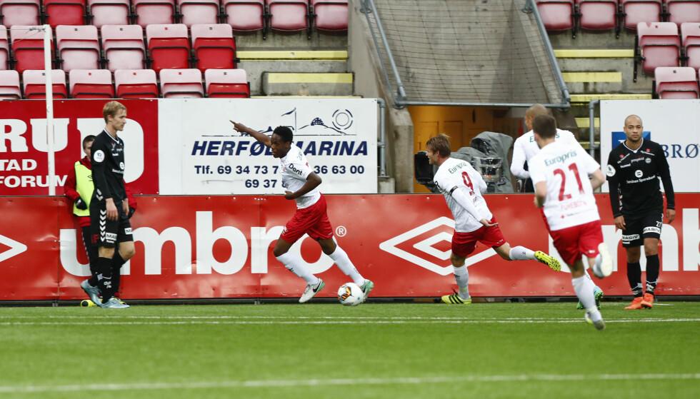 LEDER: Akinsola Akinyemi setter inn 1-0 til Fredrikstad mot Sandnes Ulf. Foto: Terje Pedersen / NTB scanpix